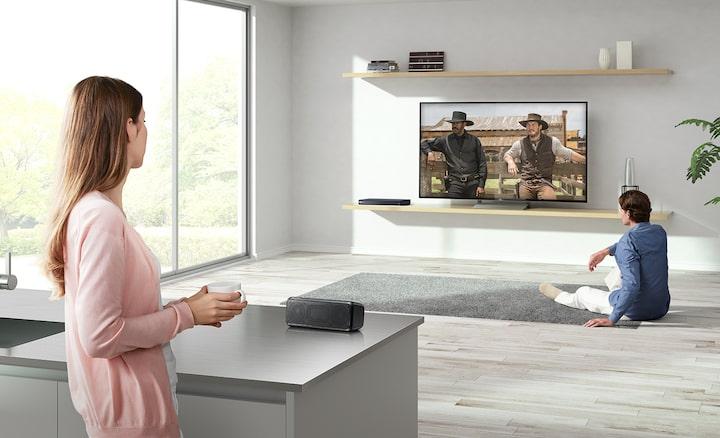 Pora, žiūrinti televizorių; vienas iš jų arti, kitas – toliau